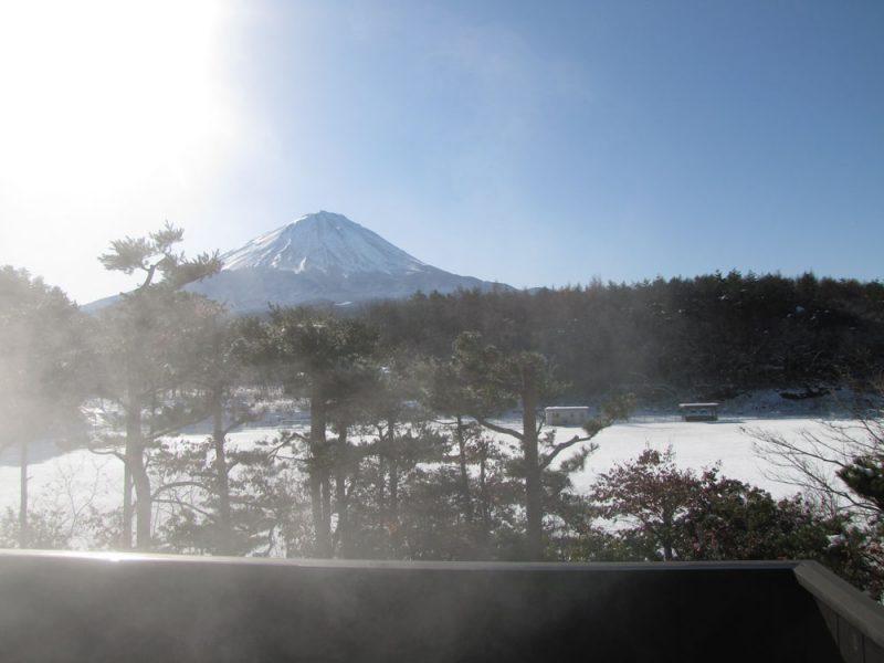 パノラマ風呂からの富士山の眺め